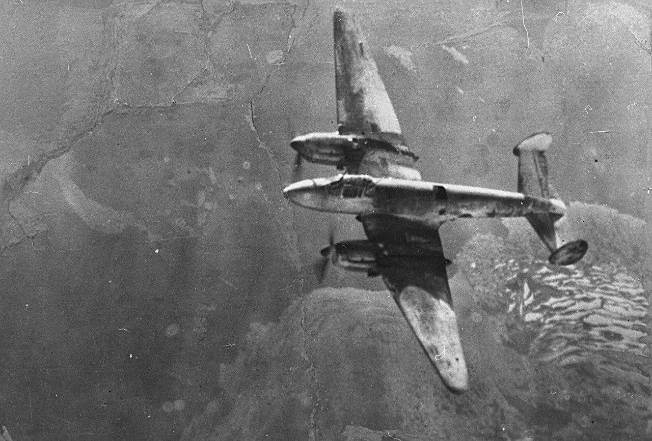 Советский фоторазведчик Пе-3Р в полете.