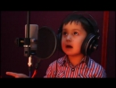 мальчик поёт классно.