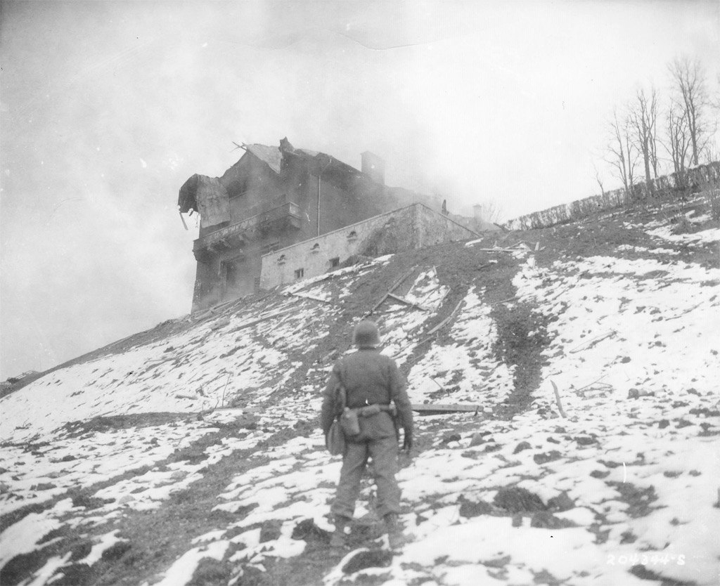 4 мая 1945 года. Германия. Солдат 3-й пехотной дивизии США стоит перед резиденцией Гитлера в Берхтесгаден