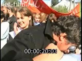 Дмитрий Дмитриевич Месхиев дает указания ассистентам и массовке перед началом съемок. фильма «Американка»(1997)