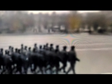 Строй солдат поёт песню Чёрные глаза
