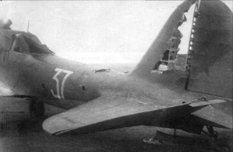 Май 1943 года. СССР. Советский штурмовик ИЛ-2 сержанта Захарова из 820-го шап после вылета для удара по немецкому аэродрому Харьков-Сокольники 6 мая 1943 года. На отходе от аэродрома его самолет был атакован парой Bf-109. В результате их атаки штурмовик получил повреждения, а сержант Захаров и воздушный стрелок сержант Белоконный легко ранены. Сержант Белоконный очередью из УБТ сбил один Bf-109.