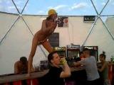 Голая девушка танцует на барной стойке Казантип!!!!! Голое утро