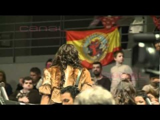 Sara Carbonero atiende a los fans en el partido de Iker