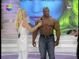 Seda Sayan kendini dünyaca ünlü vücüt şampiyonu zenci adamın kucagına attı