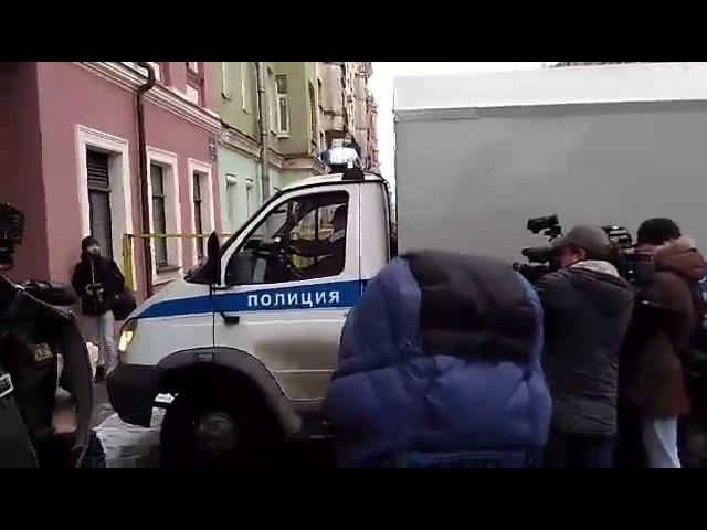 Марата Оганесяна доставили в Смольнинский районный суд