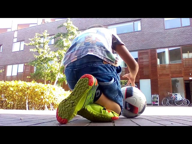 Voetballen met Tobias kontje knal