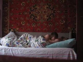 Девушка дрочит под одеялом