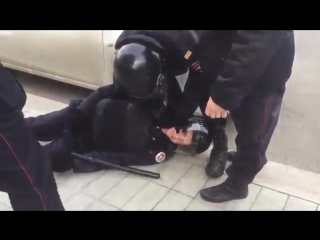 Мужчина ударил полицейского в полёте с ноги, тот потерял сознание. Его коллеги стали бросаться на прохожих