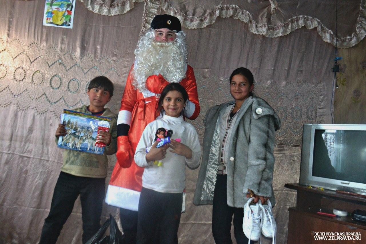 Дети оказавшиеся в тяжелой жизненной ситуации получили подарки из рук полицейского Деда Мороза