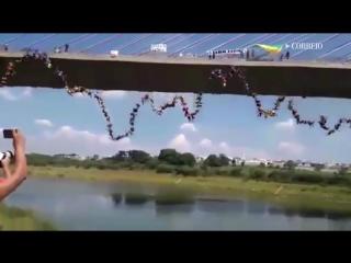 149 человек одновременно прыгнули с моста