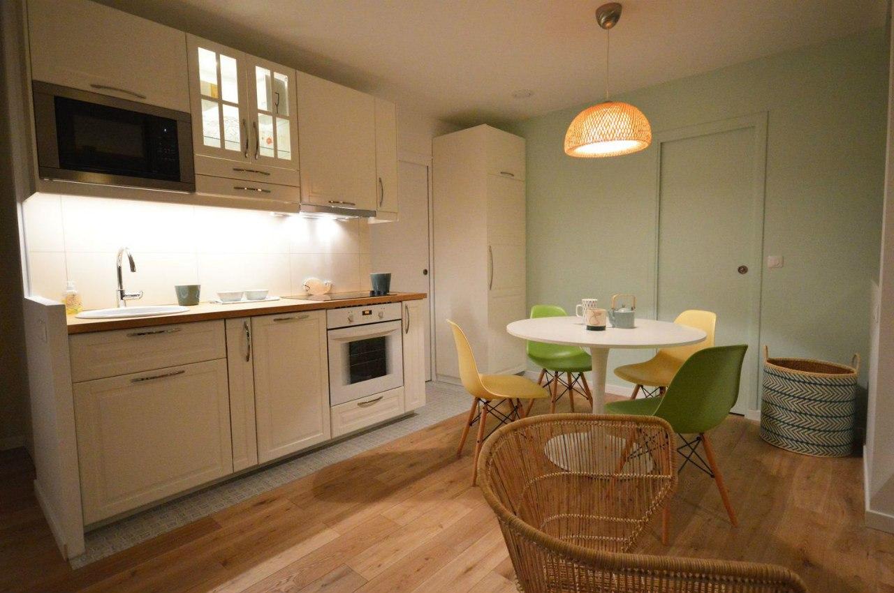 Интерьер квартиры 36 м в Париже с выделенной спальней и двумя с/у.