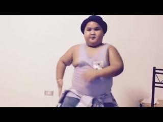 7-летний малыш забавно танцует под Ed Sheeran's - Shape Of You