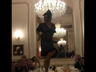 Наташа Королева устроила горячие танцы на столе