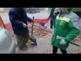 В Волгограде рабочие собирают мусор в флаг России - 240p