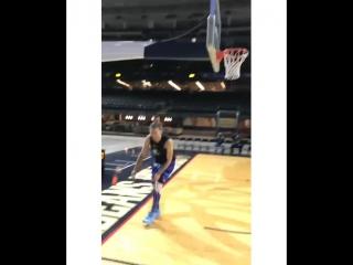 Роналдиньо ассистирует даже в баскетболе