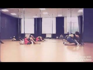 А по бедру кто вести будет а? Ставлю #хореография для рабочей группы #blackshark #poledance studio #syzran народу сегодня много