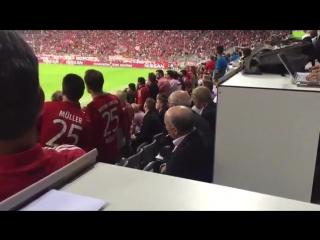 Фанаты «Баварии» мешают Курбану Бердыеву наблюдать за игрой на матче Бавария -Ростов