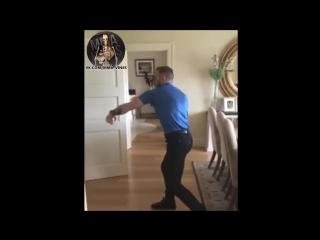 Конор МакГрегор обучает азам уличной драки