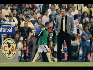 Главный тренер мексиканской «Америки» останавливает игрока, продолжившего игру после свистка