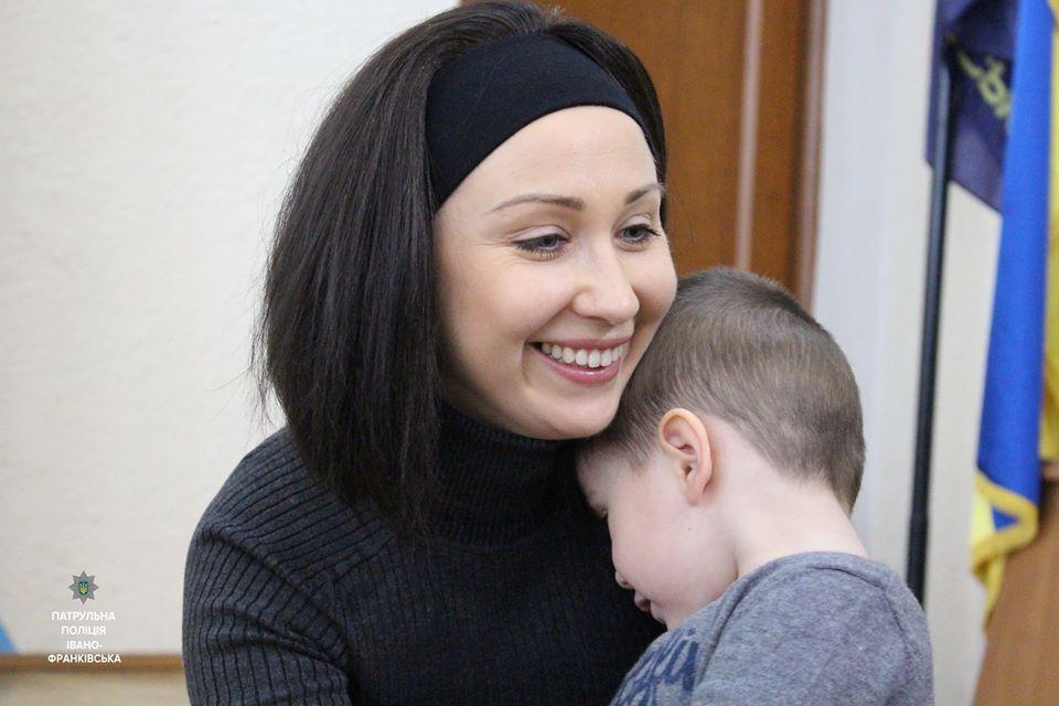Молодій мамі, яка працює у патрульній поліції, потрібна допомога