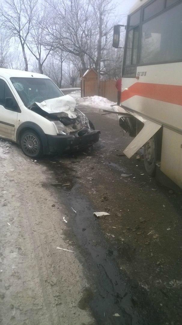 ДТП у селі Кам'янка: не розминулися автобус та легковий фургон (ФОТО)