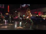 Красиво танцует попой на публике под кайфовую музыку