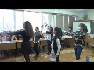 Девчонки танцуют на дне именинника.