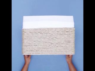 Корзина для белья из обычной картонной коробки и бечёвки.