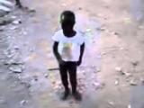 menino moreninho dançando legal