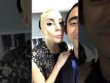 Lady Gaga junto a Nicola Formichetti en el backstage del desfile #VSFS2016