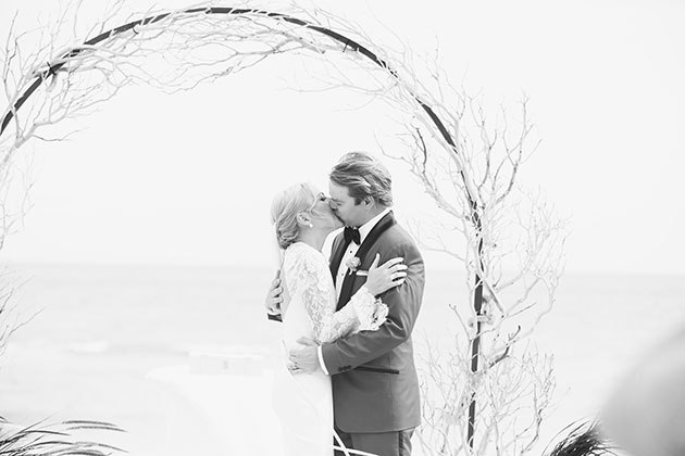 jXTC3oPWrmM - Свадьба на берегу моря (23 фото)