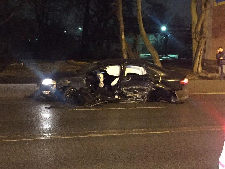В сети появились фото жуткой аварии на Октябрьской набережной в Петербурге