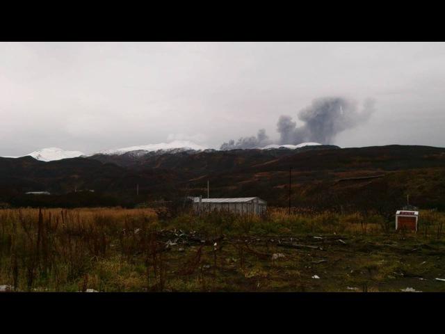 Северо-Курильск, вулкан Эбеко. Выброс пепла.