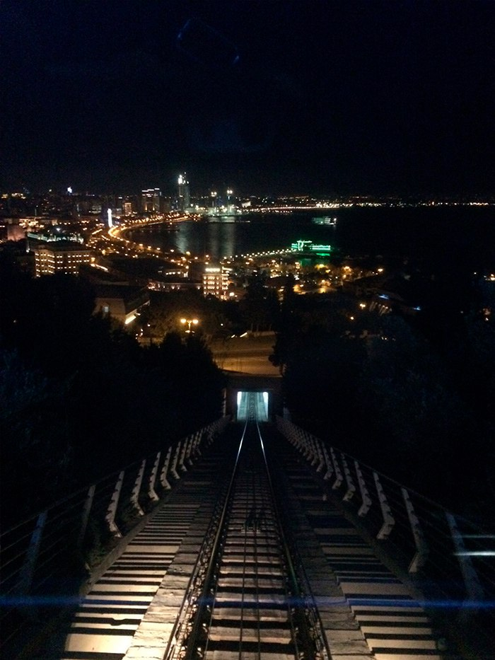 Вид на ночной Баку из фуникулера.