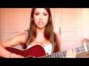 Сексуальная девушка исполняет песню группы Nirvana