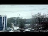 В сети появилось новое видео падения курянина с проводов на Майском бульваре