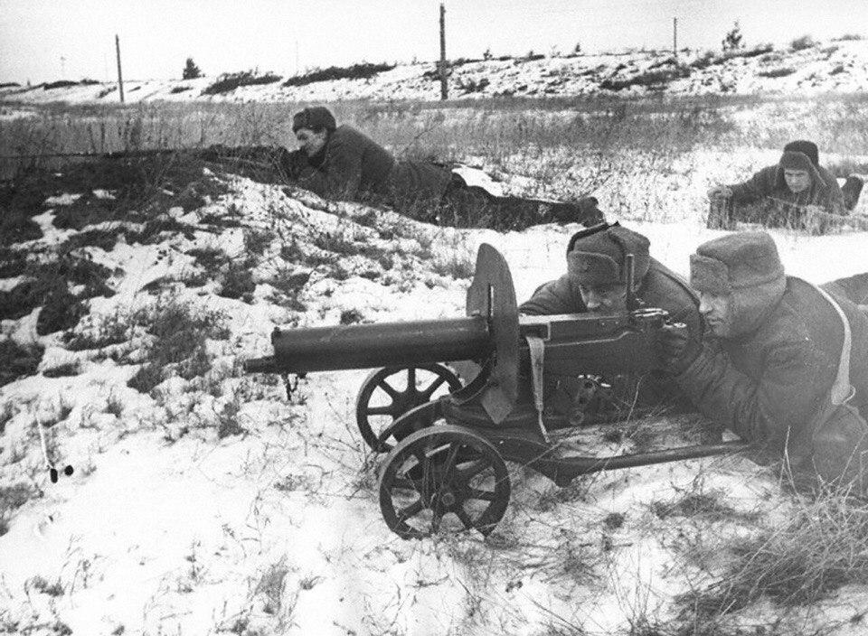 Расчет пулемета «Максим» А. Лебедева на огневой позиции на подступах к Москве. 1941 год