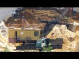 ЭКГ 5 загружает самосвалы песком