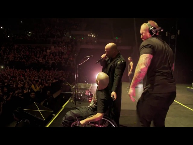 Disturbed pulls Pete up onstage [Live in Auckland]