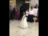 Скромно. ? - Маленькая девочка красиво танцует