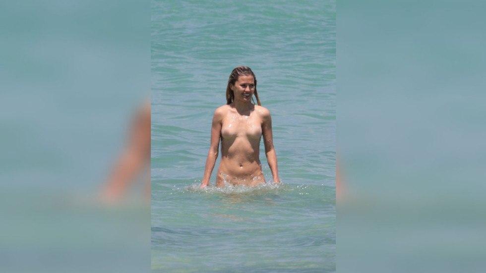 фото голой бони на пляже