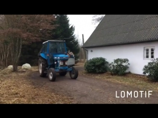 Синий трактор едет)))