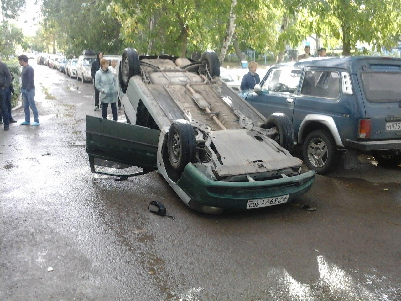 В Уфе автомобиль перевернулся прямо во дворе жилого дома