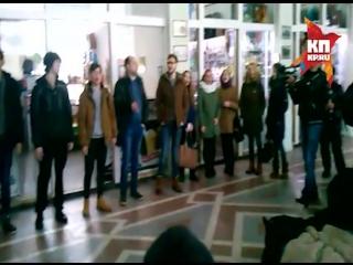 Волгоградцы подхватили всесоюзный песенный флешмоб на ж/д вокзале. В зале ожидания запели «Главное, ребята, сердцем не стареть»