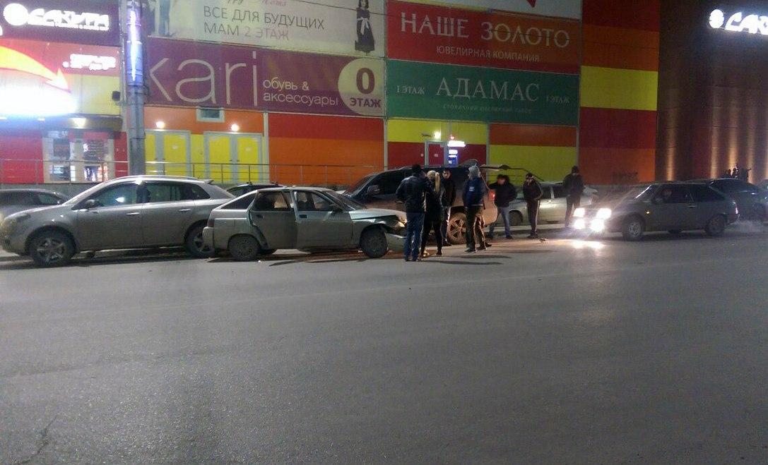 В Таганроге разыскивают водителя, который спровоцировал массовое ДТП напротив «Мармелада»