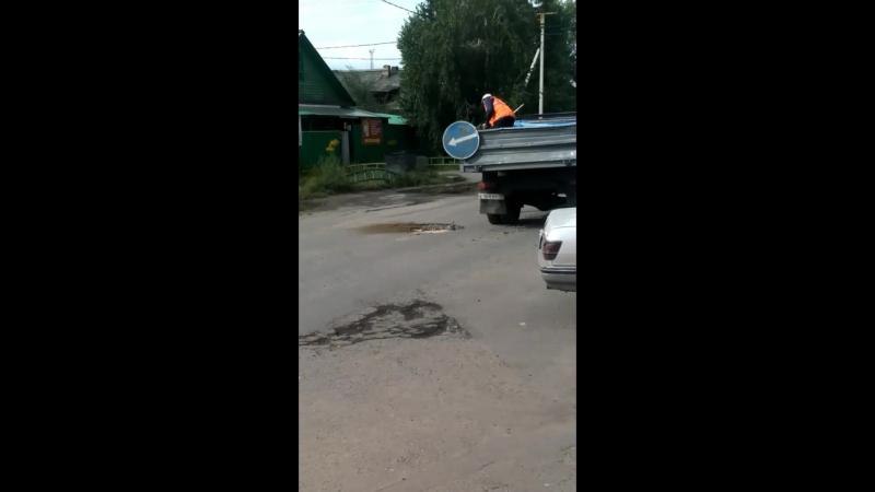 Ремонт дороги при помощи кирпичей и песка на ул. Хлебной