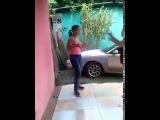 Толстая негритянка накернила худую — бытовая драка в семье