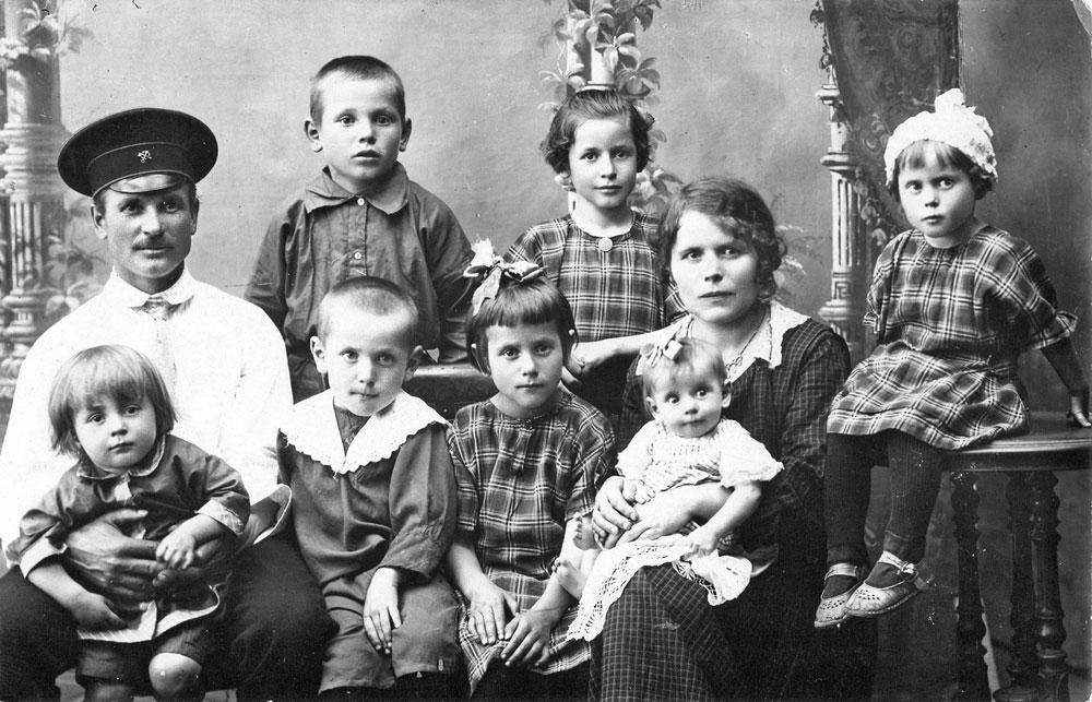 Семья Карасевых, маленькая Зиночка на руках у матери, 1927 г.
