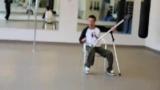 Танцует на костылях